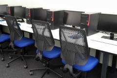 Computerraum mit neuen Sitzmöbeln