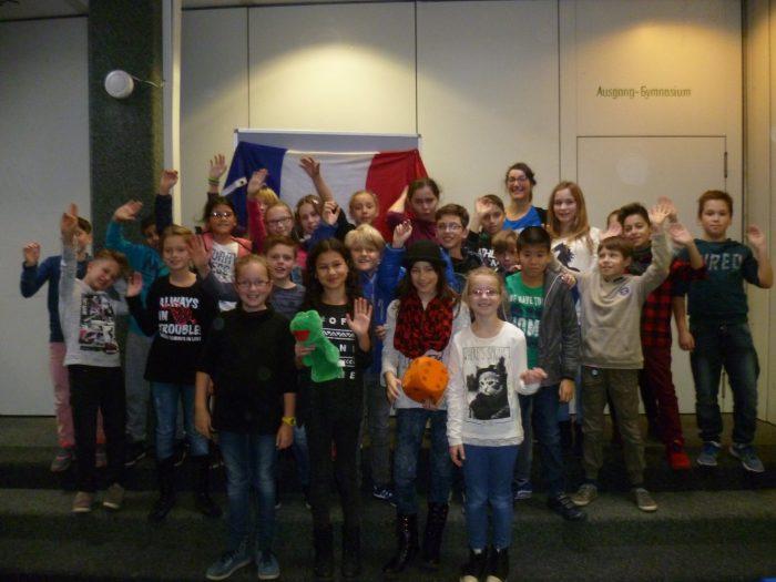 Ein Foto vom Besuch der Lektorin des France-Mobil zusammen mit unseren Schüler*innen